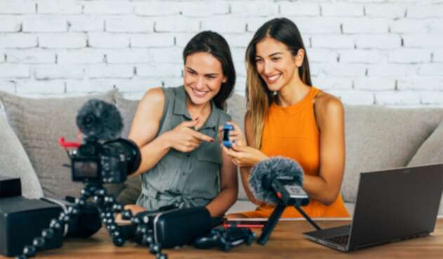 Mujeres grabando un video para Youtube