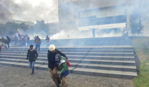 Manifestantes en indígenas en la Asamblea de Ecuador