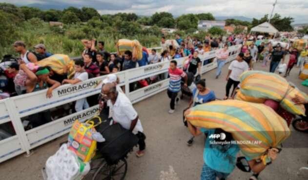 Migrantes venezolanos en el Puente Internacional Simón Bolívar