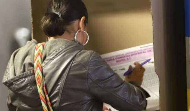 Una persona ejerce su derecho al voto en las elecciones regionales 2019