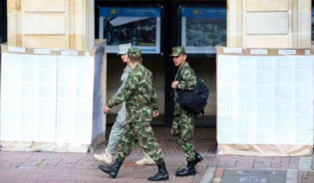 Militares caminan por la Plaza de Bolívar en Bogotá