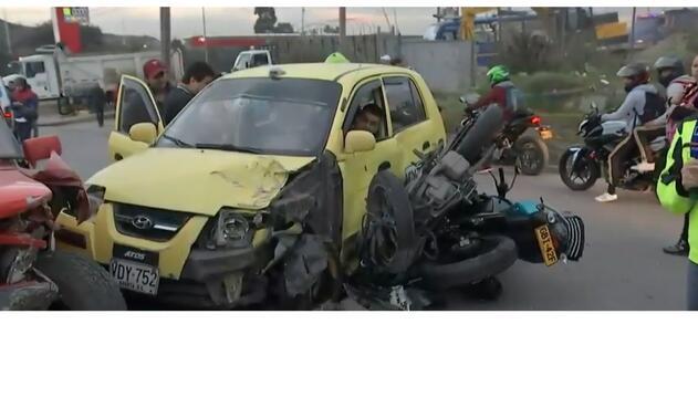 En un hecho insólito, se presentó la colisión de un taxi, una camioneta y tres motocicletas.