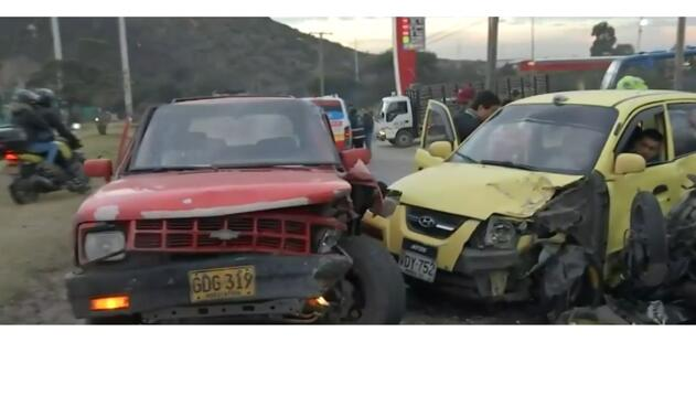 De acuerdo a las primeras versiones, la camioneta se desplazaba en contravía y ocasionó el brutal choque de los automóviles.