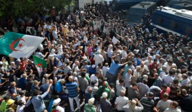 Ciudadanos argelinos protestando en Argel, capital de Argelia