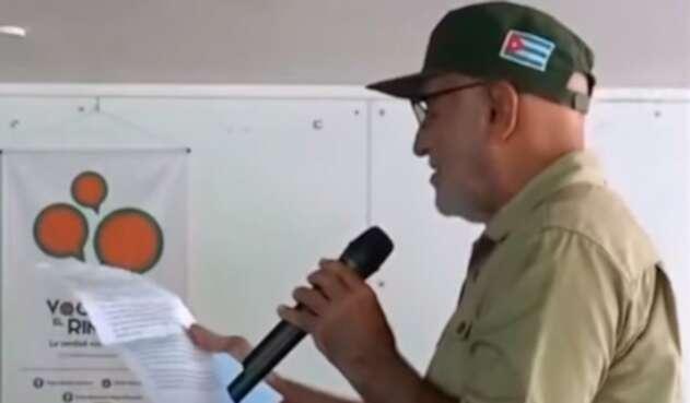 El cura Bernardo Hoyos leyendo la supuesta carta de Aida Merlano