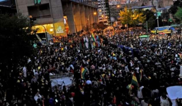 Bolivianos protestan en las calles al conocer los resultados de las elecciones, con sorpresiva ventaja para Evo Morales