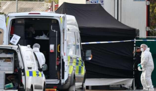 Hallan cadáveres en camión en Inglaterra
