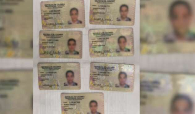 Las cédulas con la misma foto halladas por Migración Colombia