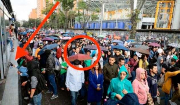 La foto que publicó la candidata Claudia López y que tuvo más de 134 mensajes de respuesta advirtiéndole que estaba sucediendo a su lado