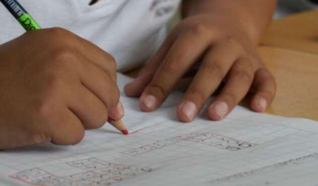 Niño en colegio haciendo tareas