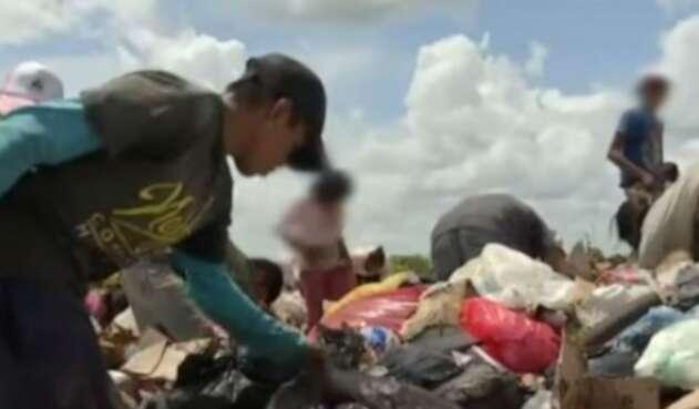 Niños comen de la basura en Puerto Carreño