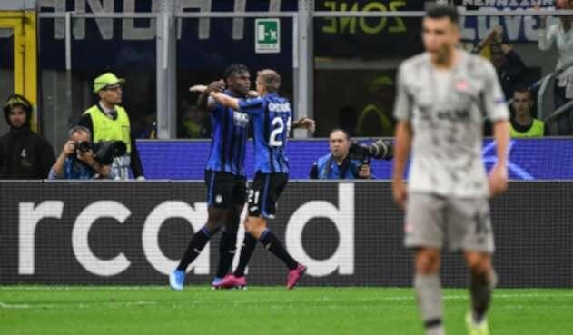 Duván Zapata celebra gol que marcó con Atalanta