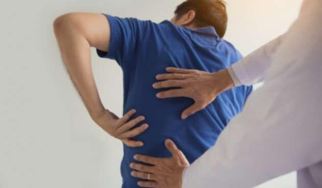 Hombre con problemas óseos - Osteoporosis