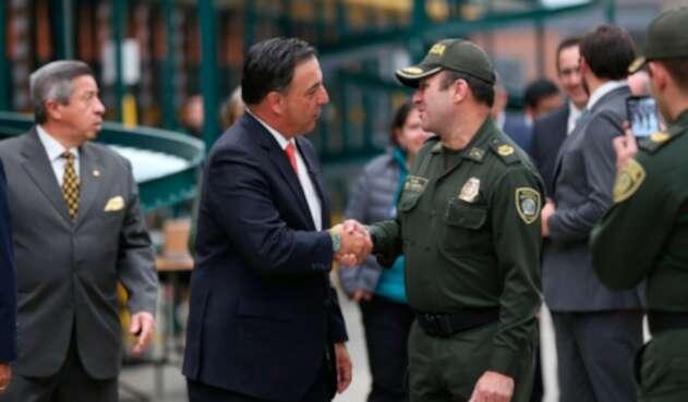 Juan Carlos Galindo, registrador nacional, saludando al coronel Jorge Eduardo Esguerra, subdirector de Seguridad Ciudadana de la Policía