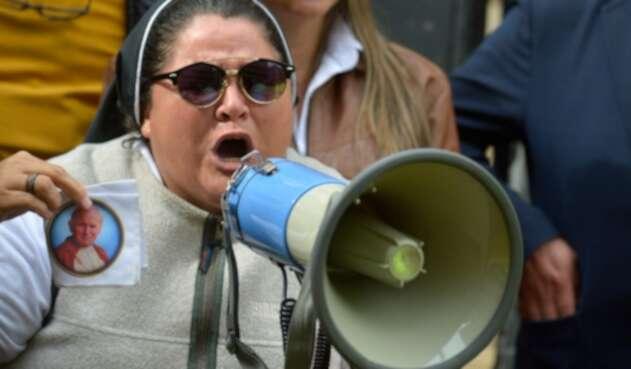 La hermana Adriana Torres participó activamente en la marcha de los seguidores del Centro Democrático.