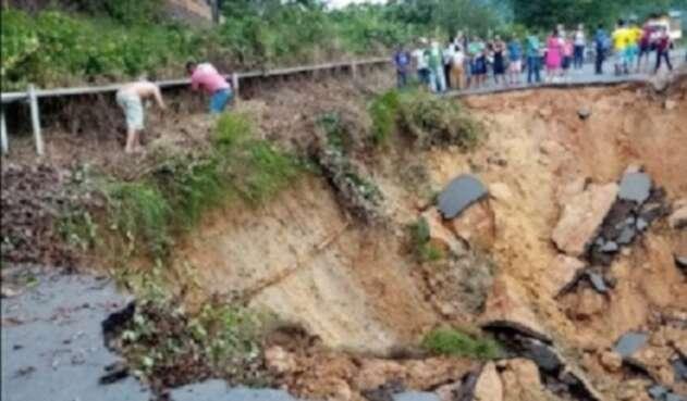 Productos como cacao y aguacate están en riesgo de perderse por el daño de la carretera.