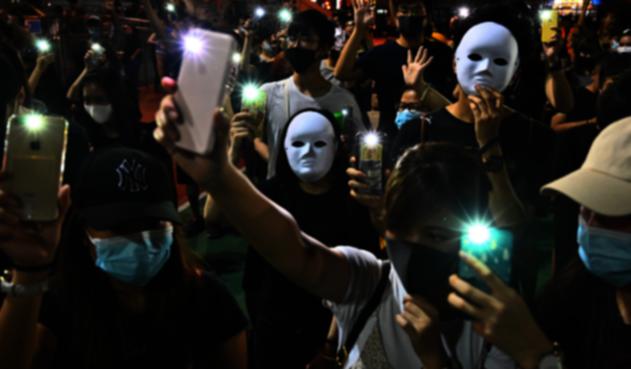 Manifestantes en Hong Kong marchan con máscaras