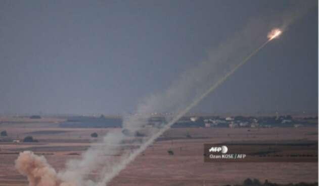 Un misil disparado por las fuerzas turcas hacia la ciudad siria de Ras al-Ain.