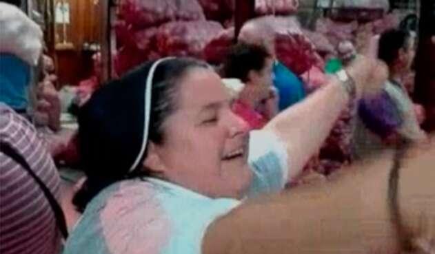 La 'monja' Adriana Torres en un plaza de mercado de Medellín