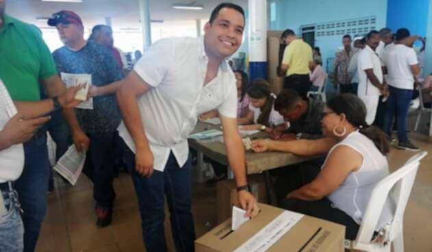 Nemesio Roys muy temprano llego a votar a la institución educativa Liceo Padilla