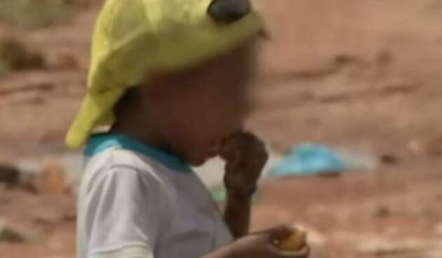 Niños indígenas comen de la basura en Puerto Carreño