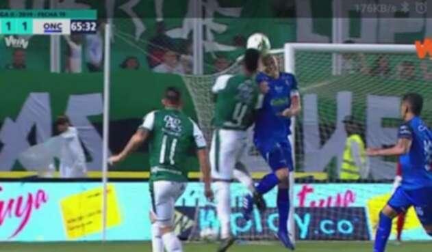 Choque de cabezas en el partido entre Once Caldas y Deportivo Cali.