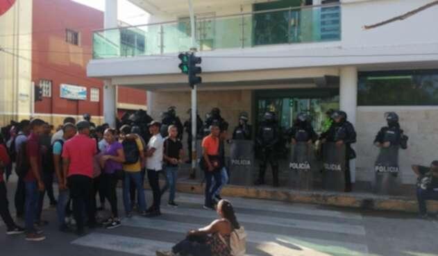 Estudiantes se amarraron en la entrada de la gobernación de La Guajira