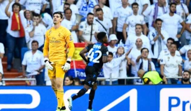 Emmanuel Dennis celebrando uno de los dos tantos que le anotó a Thibaut Courtois, en juego válido por Champions en el Santiago Bernabéu, en Madrid (España), el primero de octubre de 2019