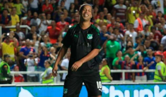 Ronaldinho, con el uniforme del Deportivo Cali, en el partido de exhibición ante América de Cali en el Pascual Guerrero, el 20 de octubre de 2019 en Cali