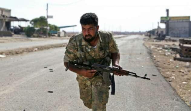 Soldado sirio huye ante ataques de Turquía