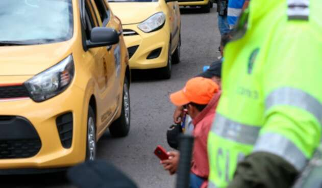 Foto de referencia de un taxi movilizándose en Bogotá