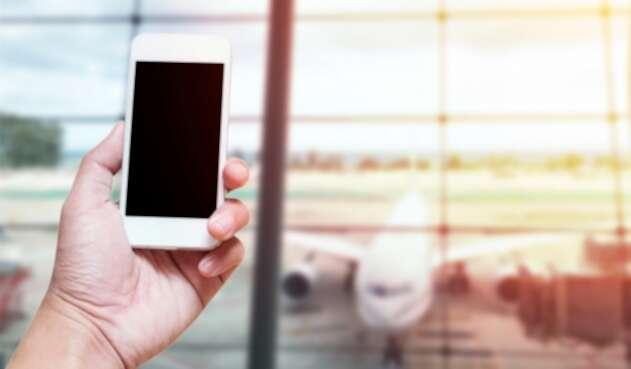 Un teléfono puesto en un aeropuerto internacional