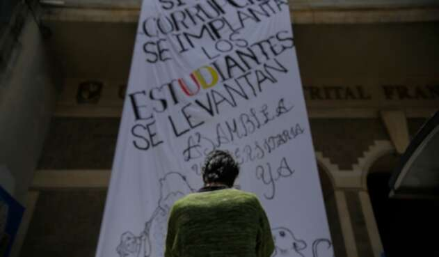 La pancarta puesta en la puerta de la Universidad Distrital Francisco José de Caldas, en Bogotá