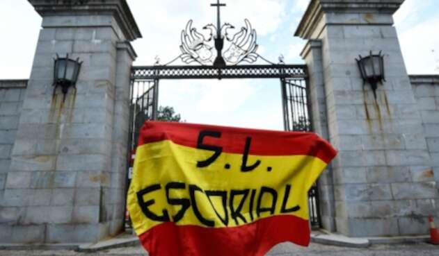 Un ciudadano se para frente al Valle de los Caídos, en Madrid (España), donde están los restos de Francisco Franco