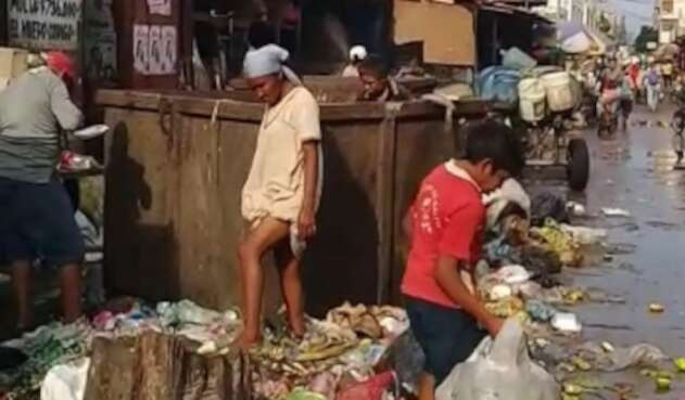 Situación de indígenas wayúu, en La Guajira, buscando comida en la basura