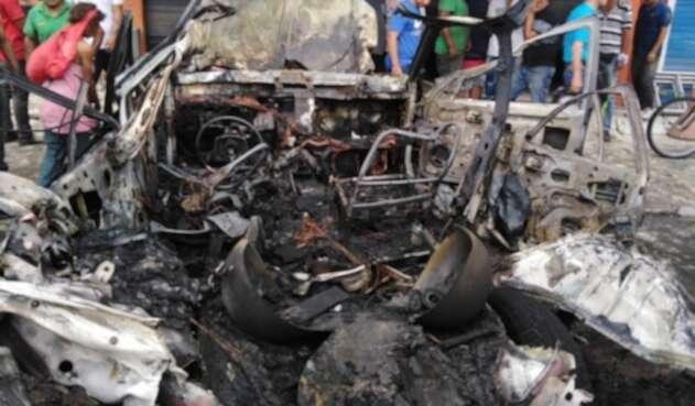 Vehículo incinerado en Cali