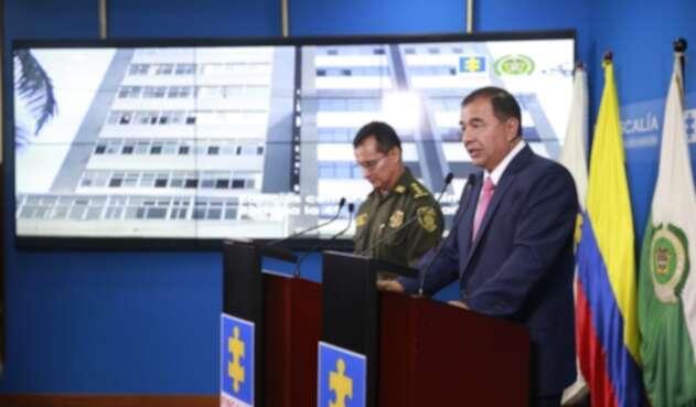 Fiscal (e.) Fabio Espitia y el director de la Policía, general Óscar Atehortúa.