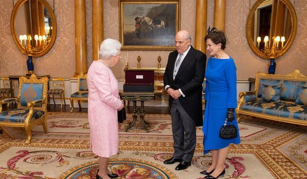 Antonio José Ardila junto a la reina Isabel II