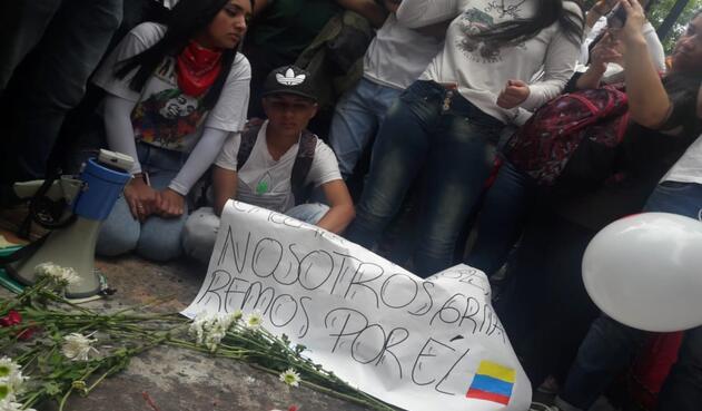 Con banderas, flores y carteles, decenas de personas realizaron una oración por el estudiante.
