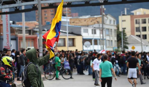 Paro nacional - Bloqueos en la Calle frente a la Universidad Nacional