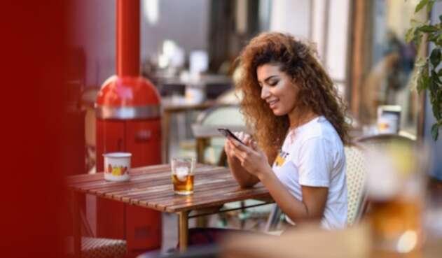 Una joven usando su smartphone