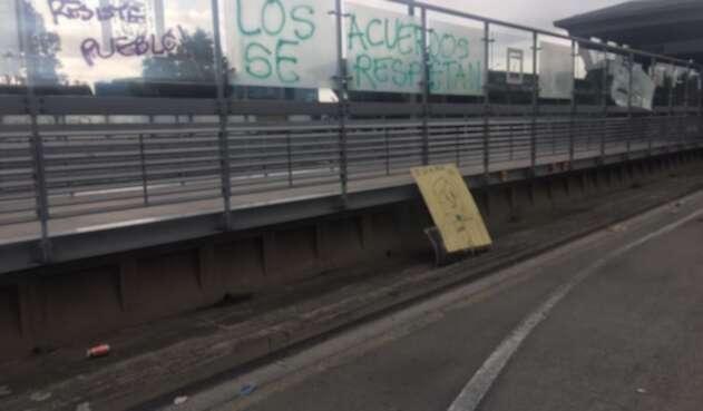 Vándalos atacaron las estaciones de Transmilenio en la Calle 26.
