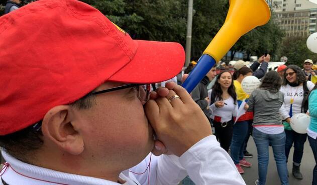 Con vuvuzelas y carteles de agrupan los manifestantes.