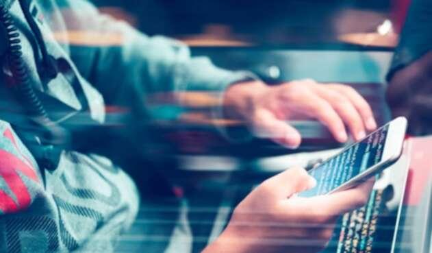 Hacker con un smartphone