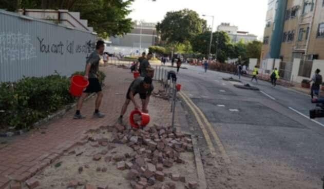 Soldados del Ejército chino limpian las calle de Hong Kong