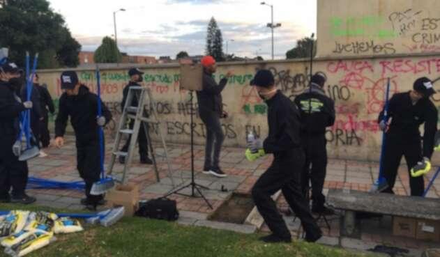 Limpian monumento a 'Los Héroes' en Bogotá, vandalizado durante protestas.