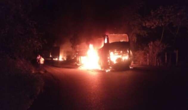 Eln incendió varios vehículos en Antioquia