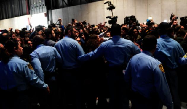 Policías expulsan a manifestantes del edificio de la COP25