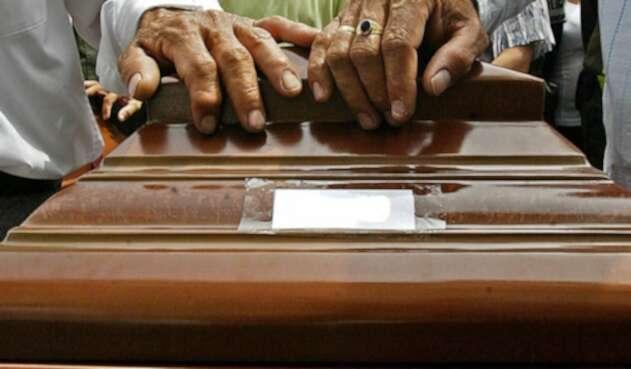 Familiares adelantan funerales de víctimas de masacre.