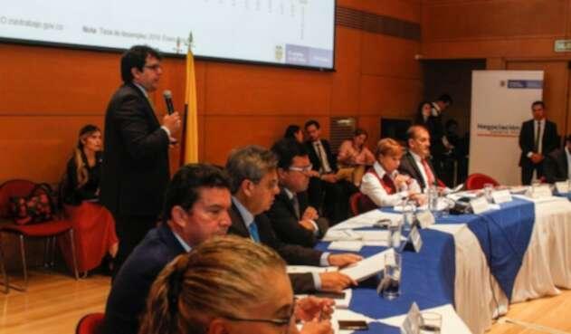 Representantes de las centrales obreras participan en la mesa de concertación salarial